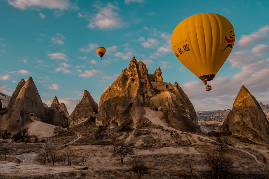 The Ultimate Guide to Turkey for Digital Nomads - featured image - hot air ballons in Cappadocia
