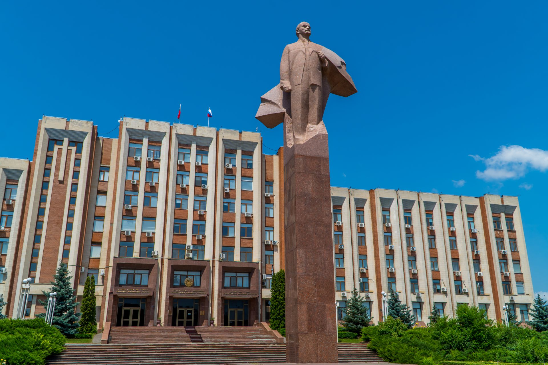 Travel to Transnistria - Lenin statue in front of the Supreme Council in Tiraspol
